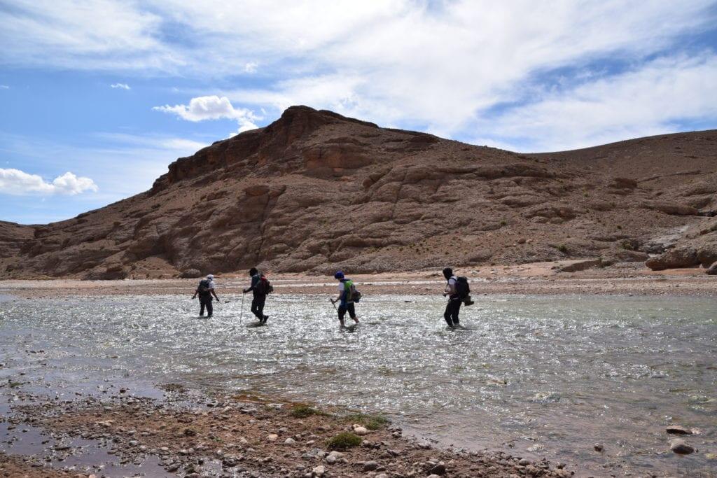 guide à travers la rivière au Maroc