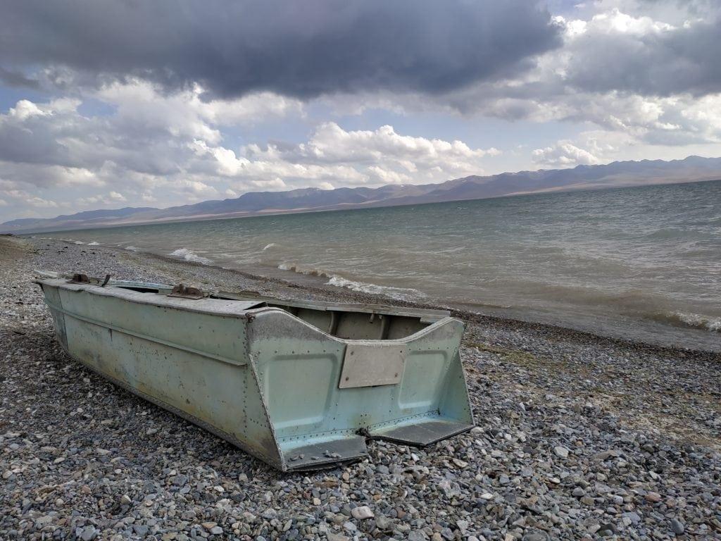 Barque échouée le long du lac Son Koul