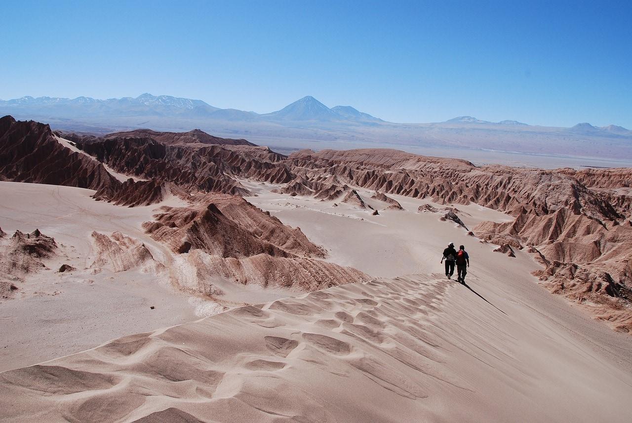 Marche dans le désert d'Atacama au Chili